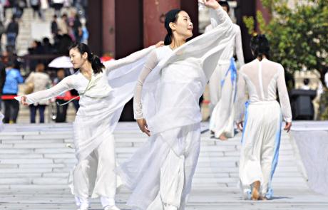 Korean dancers, Seoul temple
