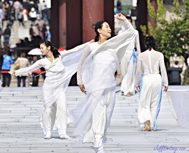 Korean dancers, Seoul temple